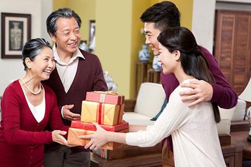 Mua quà tết biếu bố mẹ