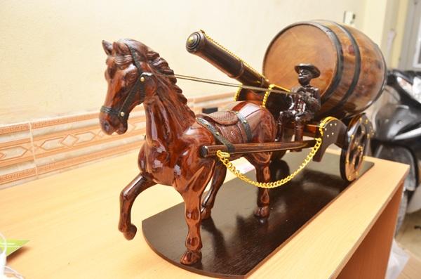xe ngựa kéo pháo kéo thùng rượu