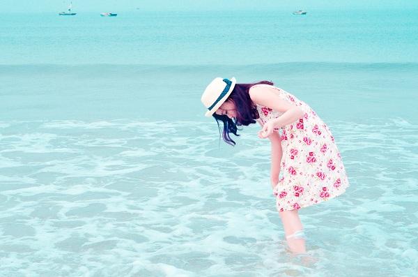 Nước biển ở bãi Hồng vàn trong và xanh mát nhìn thấy cả đáy!