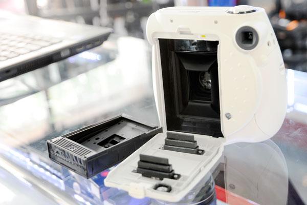 Máy Chụp Ảnh Lấy Ngay Fujifilm Instax 4